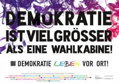 """Kampagnenmotiv: """"Demokratie ist viel größer als eine Wahlkabine! Demokratie leben vor Ort!"""""""